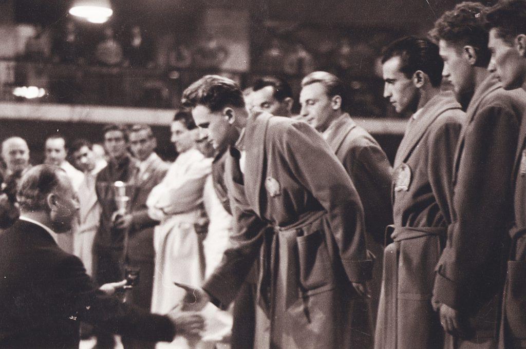 Marosi Józsefnek, a Budapesti Haladás kiválóságának átadják a csapatban elért ezüstérmet, tőle balra Gyuricza József (1955 Vívó Világbajnokság - Róma)