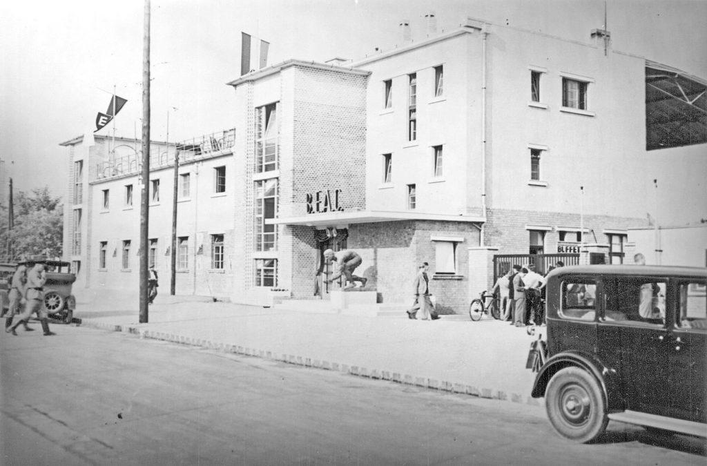 A BEAC-Klubház, a zászlórúdon a BEAC zászlajával