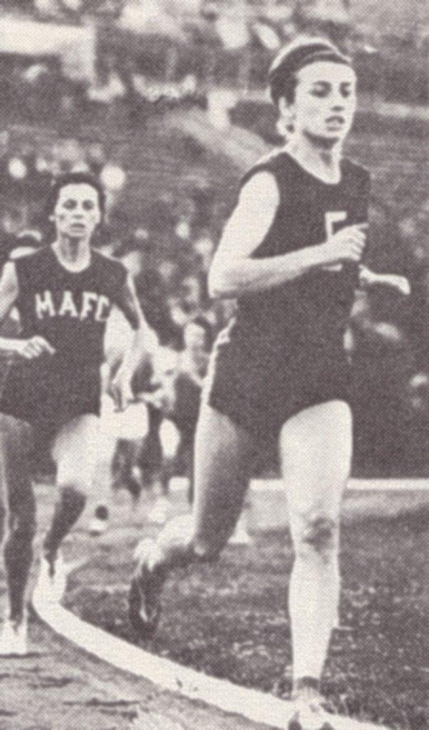 Az 1966-os, budapesti rendezésű Atlétikai Európa-bajnokságon Szabóné Nagy Zsuzsa (jobb) ezüstérmet szerzett 800 méteres síkfutásban
