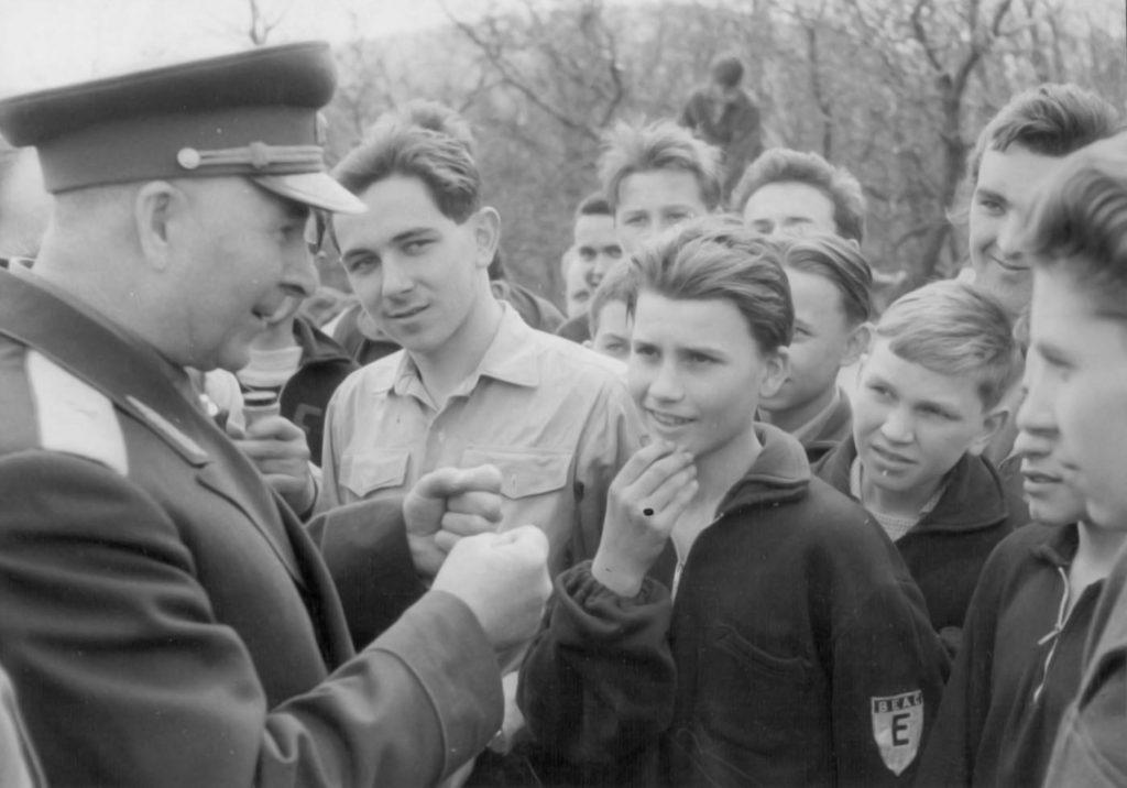 1963. április 7. Zamercev tábornok, Budapest szovjet városparancsnoka beszélget a Felszabadulási versenyen résztvevő fiatalokkal. A tábornokkal szemben BEAC emblémával a karján Szarvas András, mögötte kissé gyanakvó tekintettel Hegedüs András.